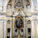 Prospettiva dell ' Abside : balaustra , altare maggiore , pala d ' altare con sovrapposte le allegorie delle Fede e della Speranza . Sulla volta le finte architetture dei Fratelli Pozzo.