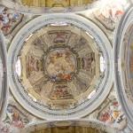 """Cupola centrale : """" Trionfo della S.S. Trinità """" - 1737-1738 , figure di Antonio Milocco da Busca ; finte architetture e ornati  dei fratelli Carlo e Giovanni Pietro Pozzo ; quadrature di Giuseppe Dallamano ."""