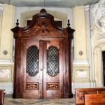Bussola entrata , lato interno , in essenza di noce piemontese . Opera del minusiere  torinese Stroppiana - anno 1738 .