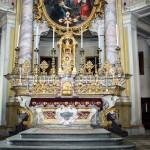 Altare Maggiore : stucchi e marmoreggiature ad opera degli stuccatori Cipriano Beltramelli e Bernardino Barelli .