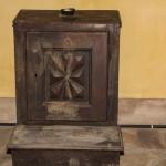 SACRESTIA : INGINOCCHIATOIO LIGNEO ( con raccoglitore elemosine ) - Prima metà del ' 700 - da restaurare .