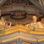 Altare Maggiore - particolare delle allegorie delle virtù teologali : FEDE ( coppa alzata ) , SPERANZA ( ancora ) . Opera dello stuccatore Cipriano Beltramelli - anno 1736.