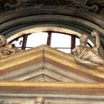 Altare laterale DEX - particolare delle allegorie delle virtù teologali e cardinali : CARITA'( con il fiore ) , PRUDENZA ( anfora alzata ) . Opera dello stuccatore Cipriano Beltramelli - anno 1736.