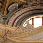 Altare laterale SIX - particolare delle allegorie delle virtù cardinali : GIUSTIZIA( con bilancia ) , FORTEZZA ( con scudo ) . Opera dello stuccatore Cipriano Beltramelli - anno 1736.