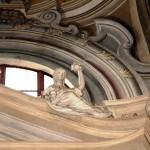 Altare laterale DEX - particolare delle allegorie delle virtù teologali e cardinali : PRUDENZA (con anfora alzata ) . Opera dello stuccatore Cipriano Beltramelli - anno 1736.